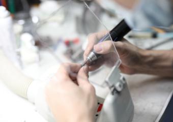 院内で義歯や差し歯、詰め物などの技工をおこなっております。